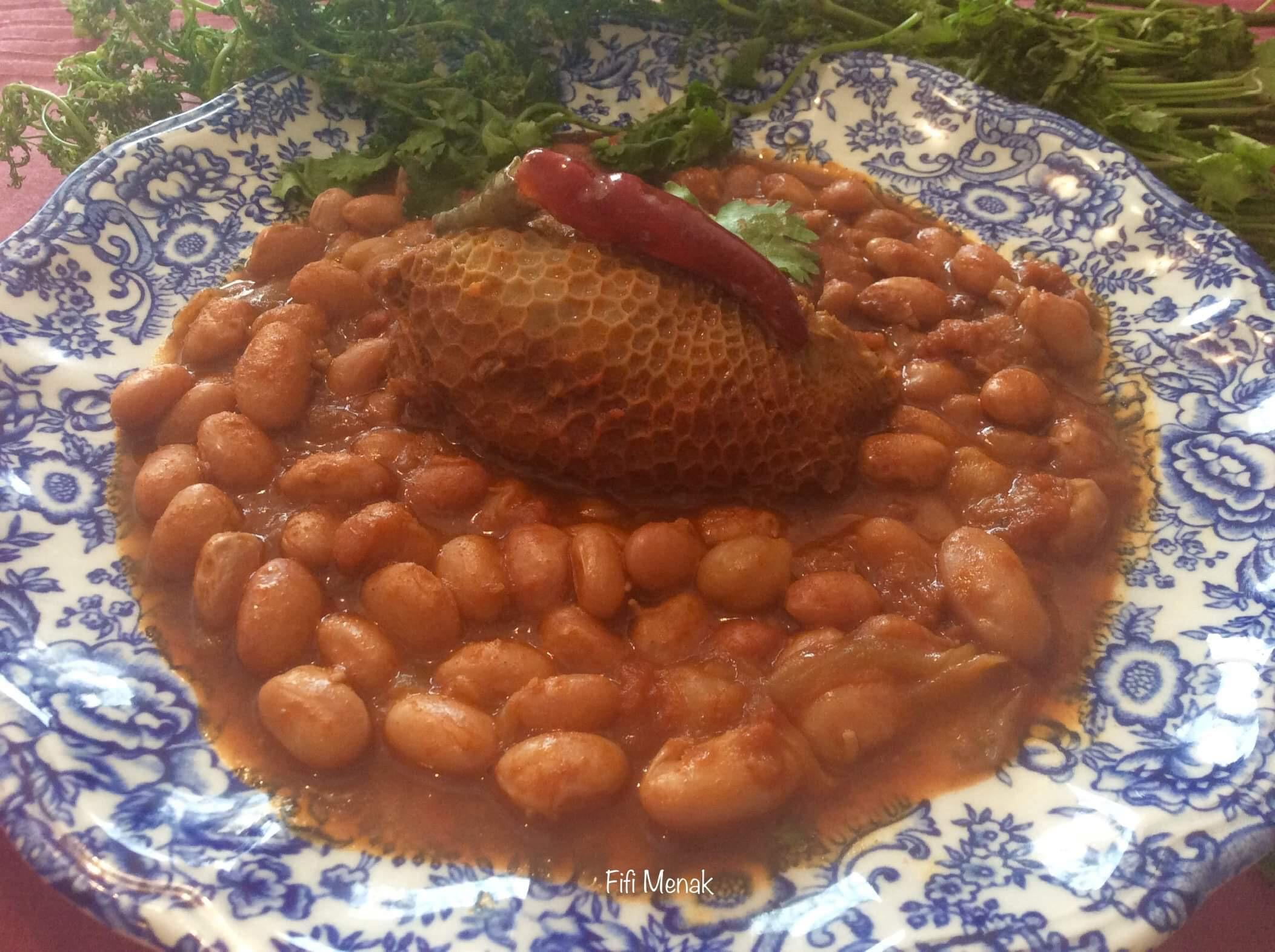 Haricots à écosser en sauce avec la panse farcie (Loubia fessassa b'osbane dewara)